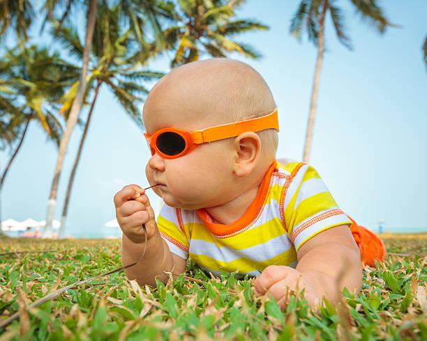 süßes baby - sonnenbrille kleinkind stock-fotos und bilder