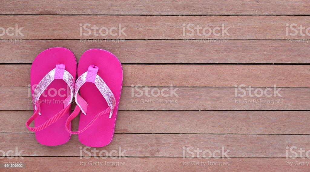 Sapatas de bebê fofo da sandália na prancha de madeira. - foto de acervo
