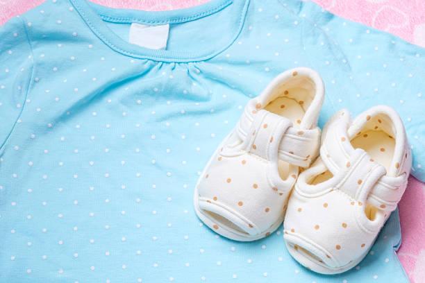 Linda para niños en zapatos de bebé azul y ropa. - foto de stock
