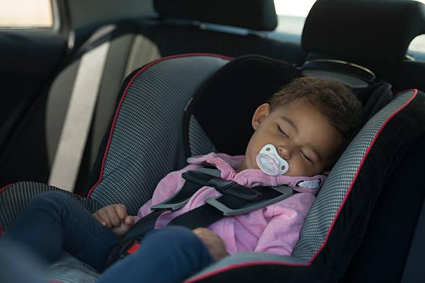 joli bébé dormir dans la voiture fauteuil ergonomique. - child car sleep photos et images de collection