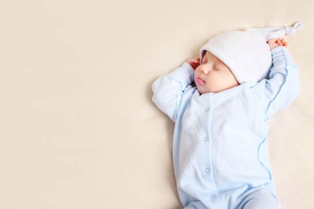 Niedliche Baby schläft auf Bett – Foto