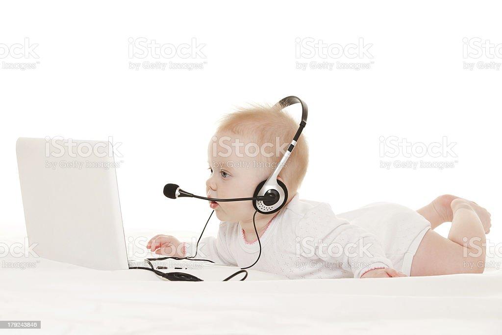 Süßes baby-Betreiber mit laptop auf dem weißen Bett – Foto