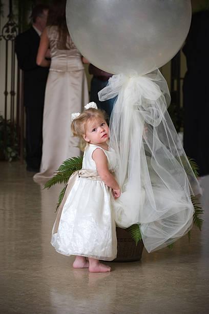 süße barfuß kind mit weißen kleid holding ballon-dekoration - hochzeitsfeier mit kindern stock-fotos und bilder