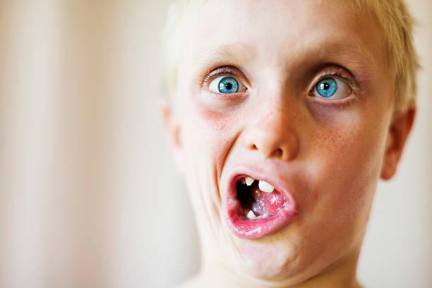 niedlichen blonden 8 jahre alter junge macht närrischem gesicht - monster stock-fotos und bilder