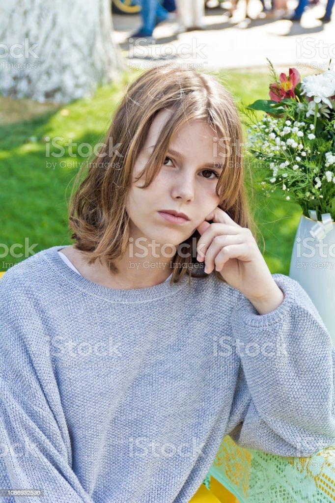 Linda garota loira quatorze anos de idade - foto de acervo