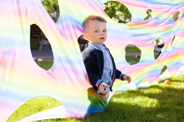 cute blonde kleinkind jungen spielen im aktiven spiel auf seiner geburtstagsparty - vorschulgeburtstag stock-fotos und bilder
