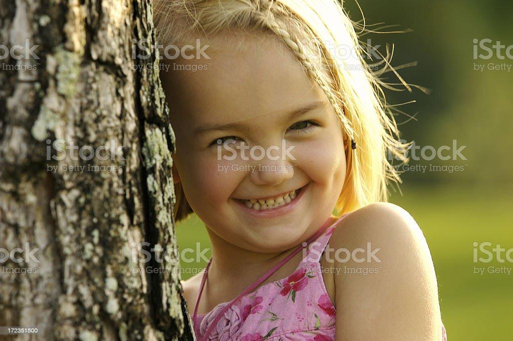 Linda rubia Chica sonriente mirando a la cámara foto de stock libre de derechos