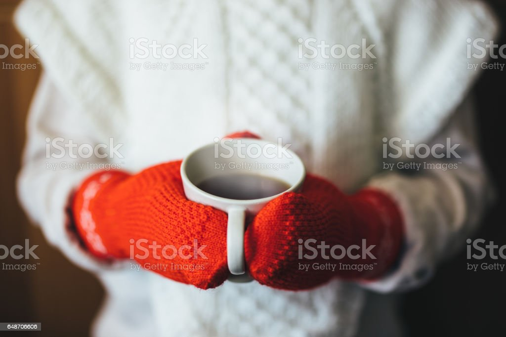 Cute blonde little girl holding hot steaming tea cup close up photo - Royalty-free A Vapor Foto de stock