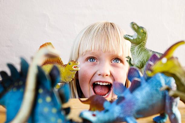 かわいい金髪の幼児野獣たどう猛でトーイ恐竜 - 恐竜 ストックフォトと画像
