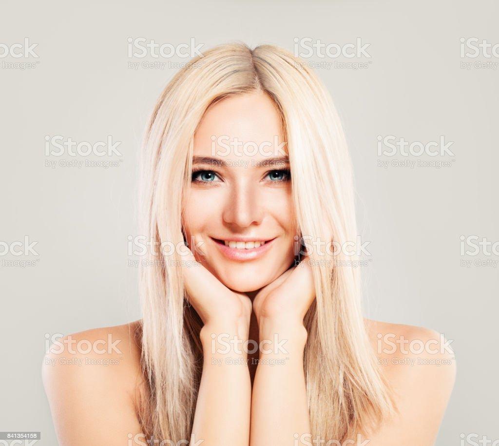 Cute Blonde Frau Modemodell Mit Blonden Haaren Zu Lächeln