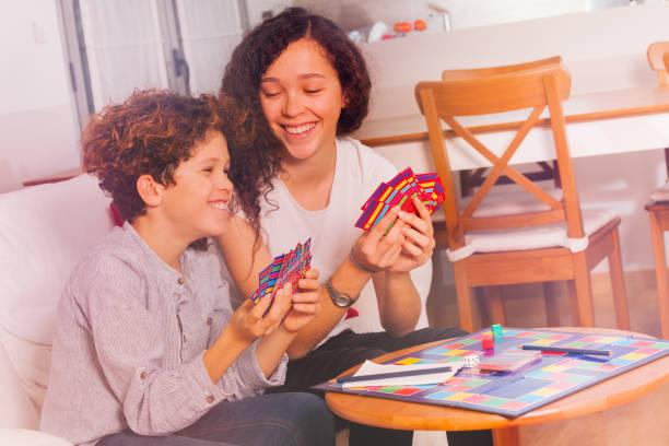 Netten Jungen und Mädchen, die Spaß spielen Tabletop-Spiel – Foto