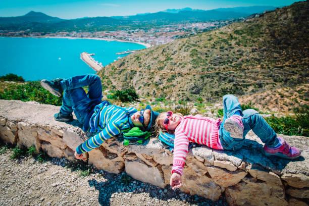 niedliche Junge und Mädchen reisen in Europa, Spanien, entspannen Sie sich auf Reisen – Foto