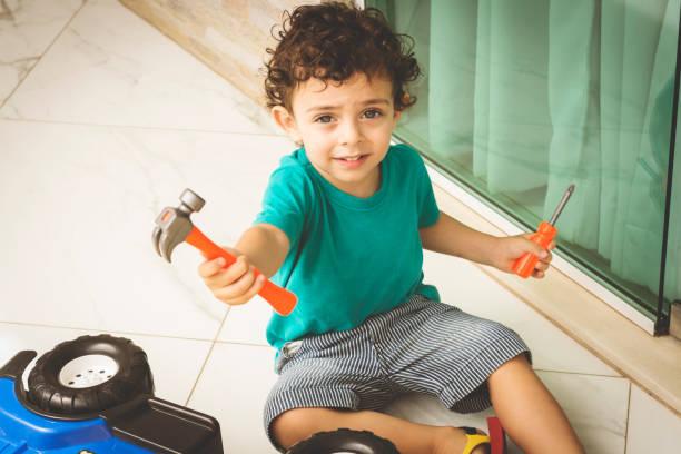 süsser boy und werkzeuge. - kindergarten handwerk stock-fotos und bilder