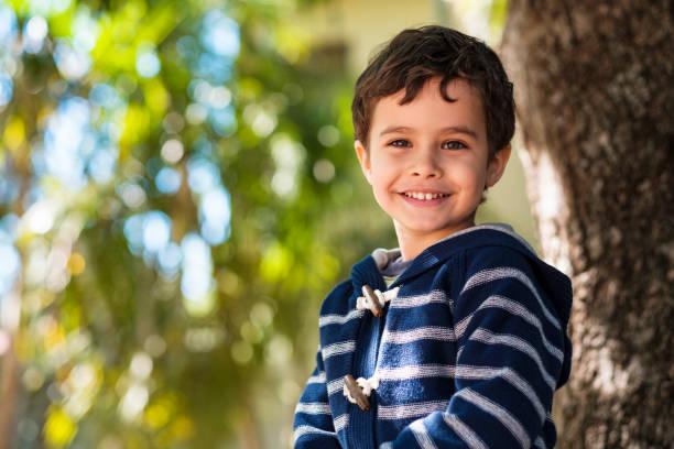 schattige jongen buitenshuis - jongensbaby's stockfoto's en -beelden