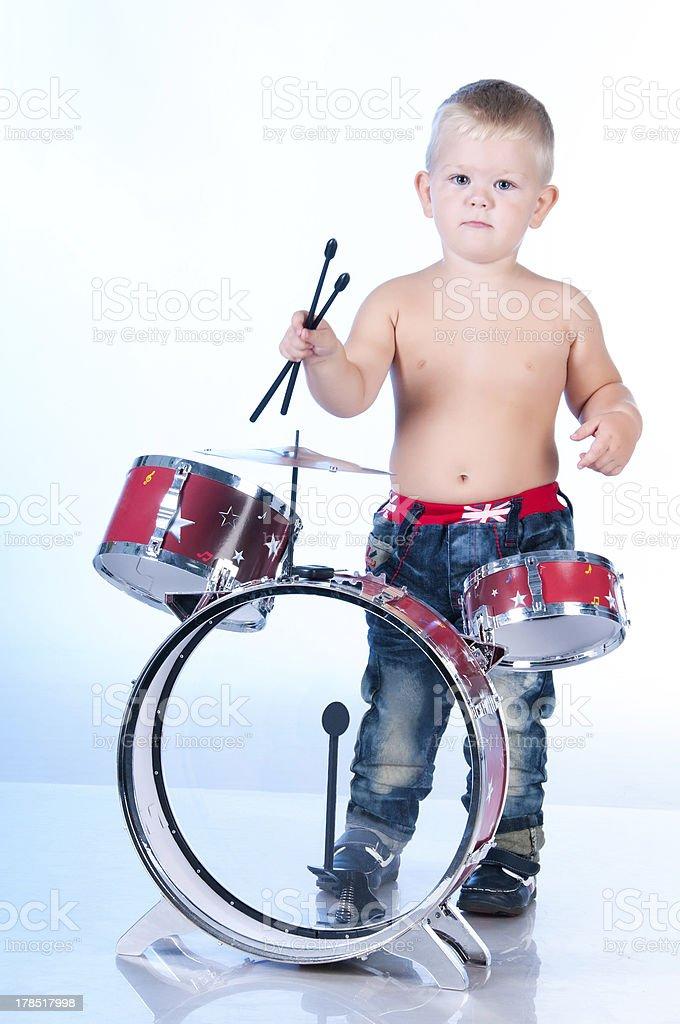 Menino bonito tocando os tambores - foto de acervo