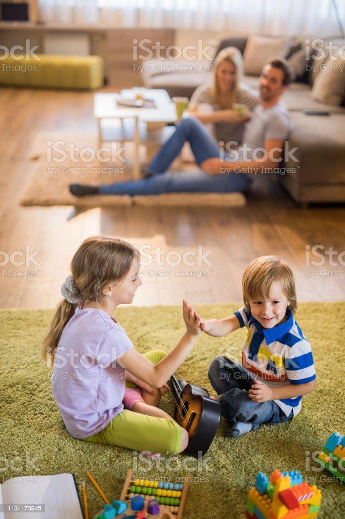 Spielen Spiel Bruder und Schwester Süßer kleiner