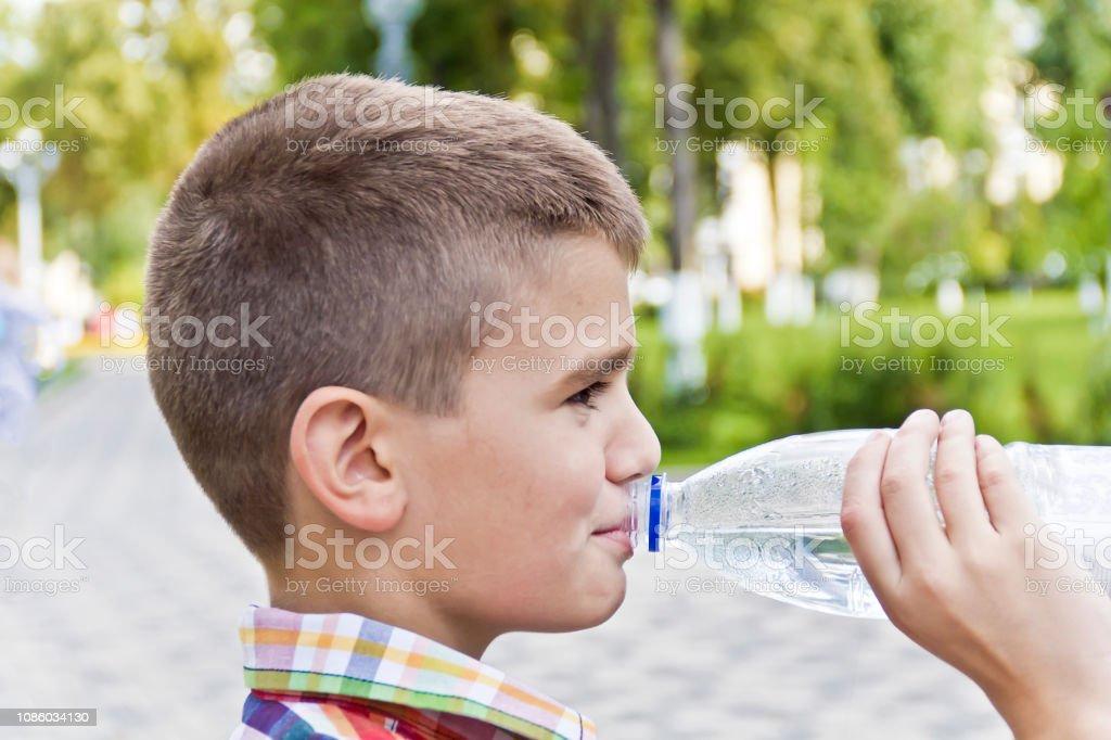 Cute brunette garçon âgé d'onze ans - Photo