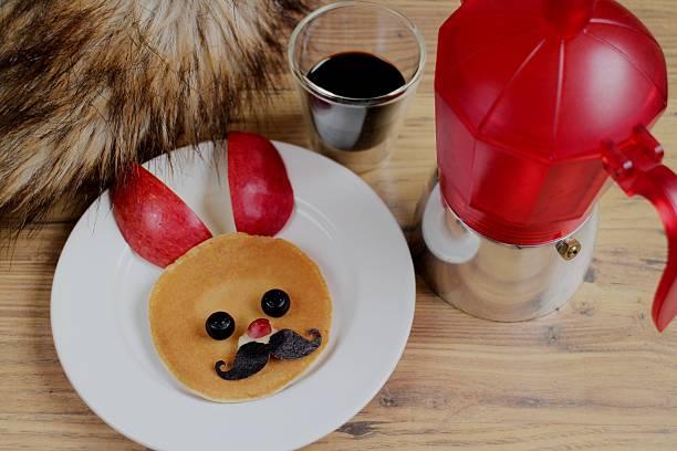 niedlich hase pfannkuchen mit italienischen kaffee - schwarzer kaffee net stock-fotos und bilder