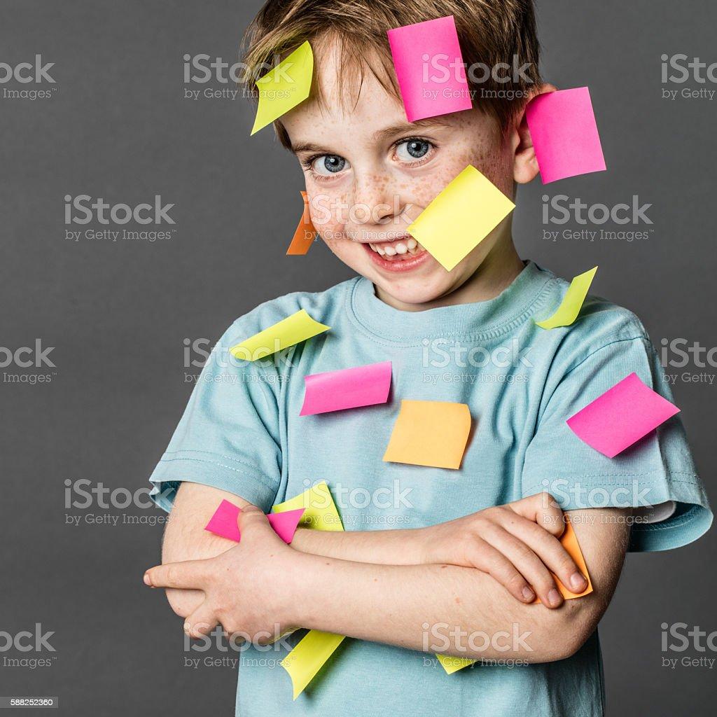 Niedlich anstrengenden junge lächelnd mit Klebezettel auf – Foto