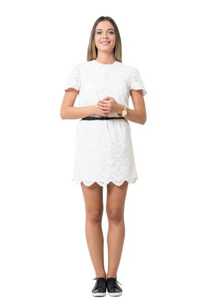 beyaz elbiseli sevimli sevimli resmi genç bayan kameraya bakıyor. - beyaz elbise stok fotoğraflar ve resimler