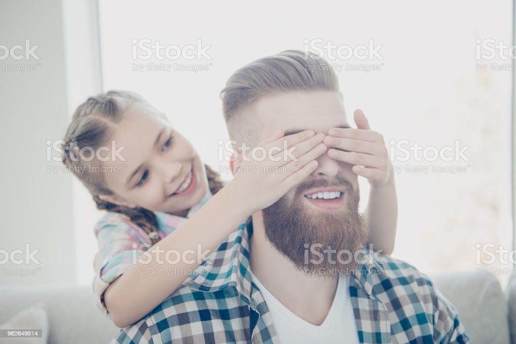 Susse Frohliches Verspieltes Frohliches Kind Mit Frisur Schliessen Mit