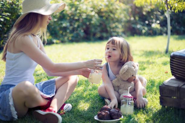 Nettes Kind und seine Mami mit Garten-party – Foto