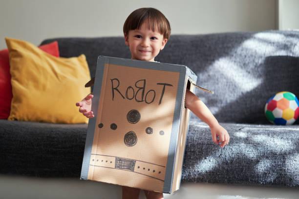 nettes kind trägt roboter-kostüm - kleine jungen kostüme stock-fotos und bilder