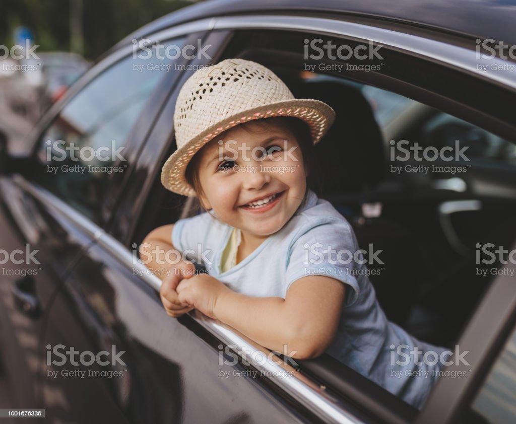 Niedlichen Kind sitzt auf einem Rücksitz eines Autos - Lizenzfrei 2-3 Jahre Stock-Foto