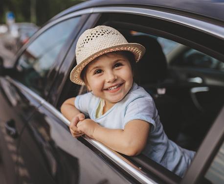 Niedlichen Kind Sitzt Auf Einem Rücksitz Eines Autos Stockfoto und mehr Bilder von 2-3 Jahre