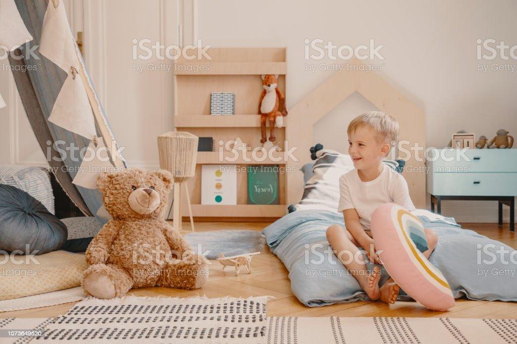Photo libre de droit de Mignon Enfant Assis Sur Un Lit Dans La Salle ...