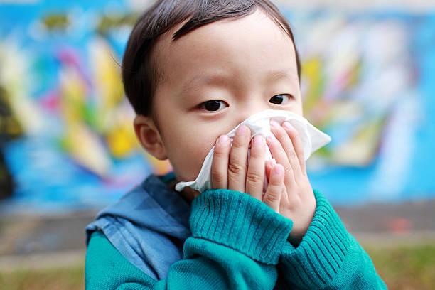 かわいいお子様のクリーニングの鼻 - くしゃみ 日本人 ストックフォトと画像