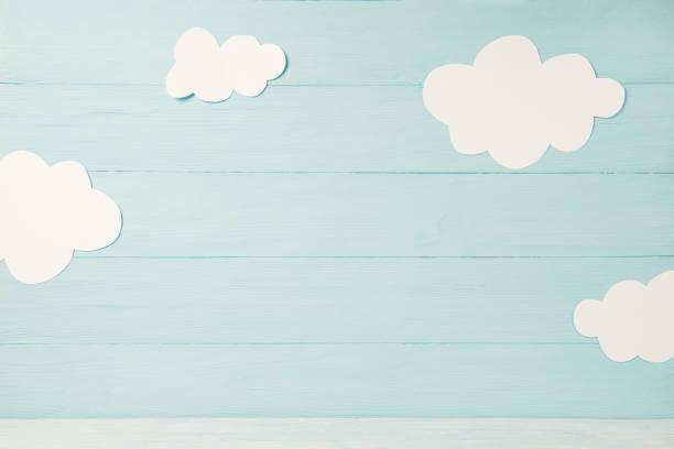 crianças fofos ou cartão do bebê, nuvens brancas sobre o fundo de madeira azul claro, tonned - infância - fotografias e filmes do acervo