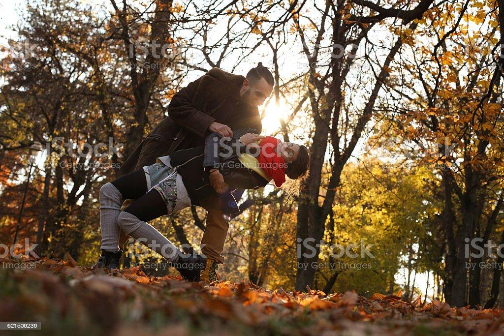 Joli couple dans le parc. photo libre de droits