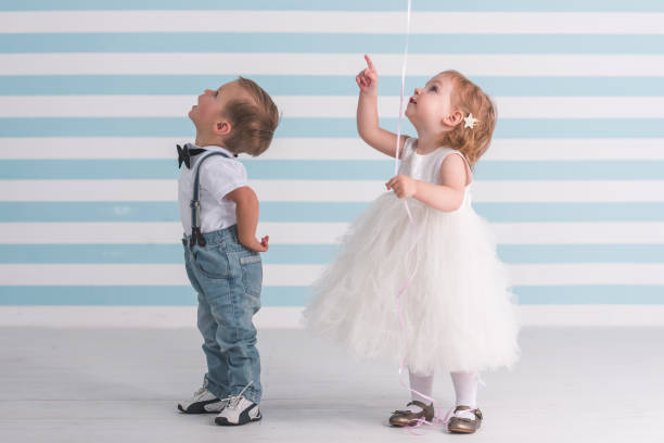 süßes paar kinder - ballonhose stock-fotos und bilder