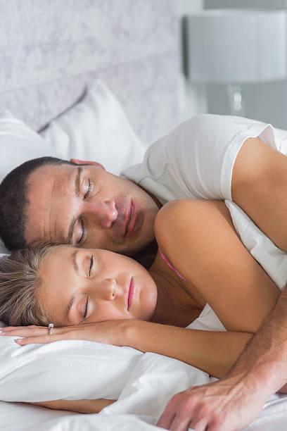 Жена спит а муж трахает