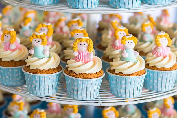 süße törtchen in hochzeitszeremonie - cupcake türme stock-fotos und bilder