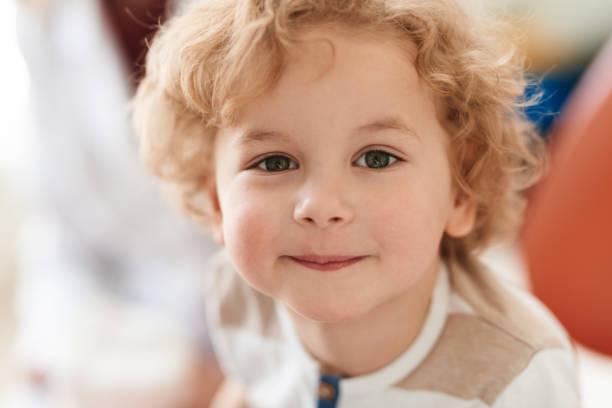 schattige curly-haired jongen - blond curly hair stockfoto's en -beelden