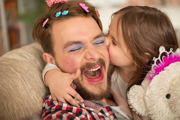 süße tochter und ihr vater mit princess. - papa humor stock-fotos und bilder