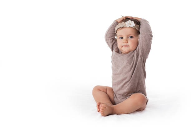 Niedliche achtmonatige Babymädchenporträt auf weißem Hintergrund – Foto