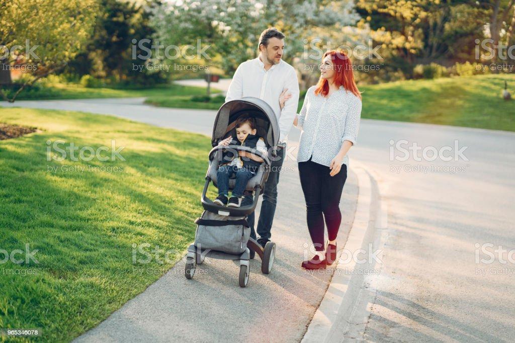 화창한 공원에서 귀여운 가족 - 로열티 프리 가족 스톡 사진