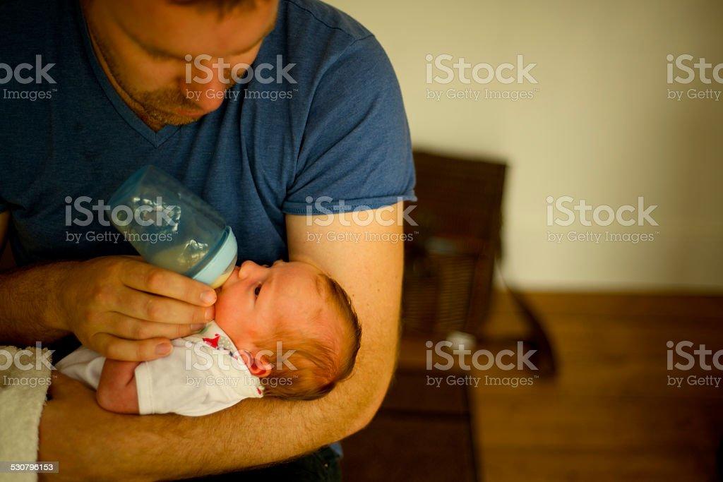 Süße Vater stillen mit der Flasche füttern ihre kleine neu geboren – Foto