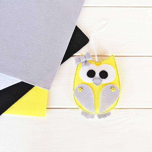 cute felt owl toy. top view - diy eule stock-fotos und bilder