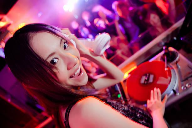Jolie femme DJ dans une discothèque - Photo