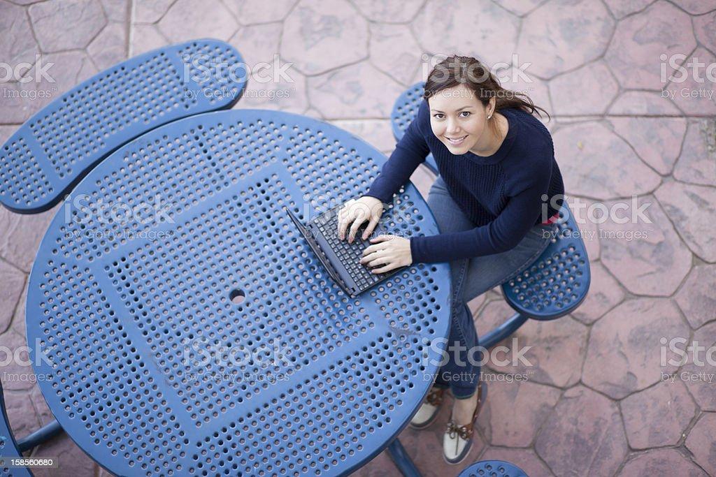 귀여운 노트북을 사용하여 여학생 royalty-free 스톡 사진