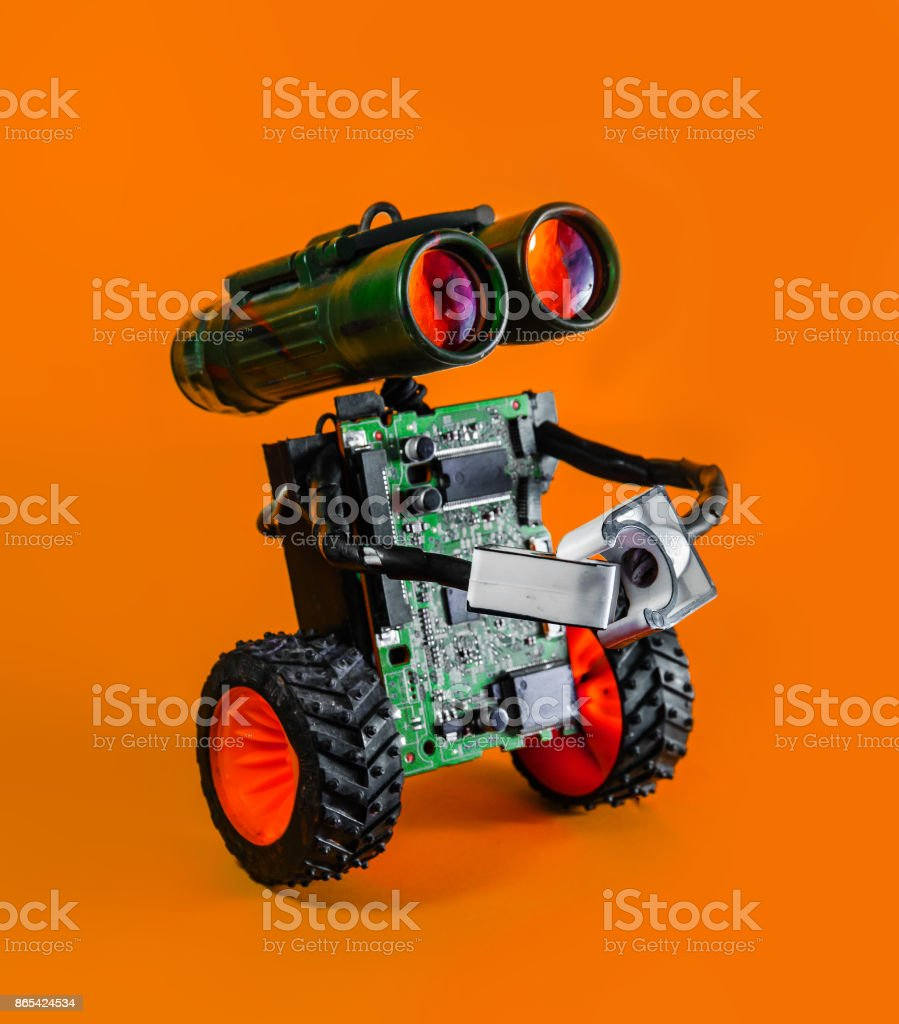 Mignon robot drôle sur un fond orange - Photo