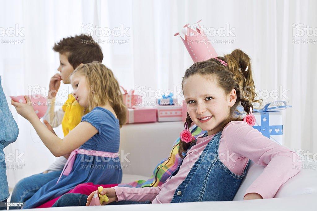 Süßes Mädchen mit Geburtstag party – Foto