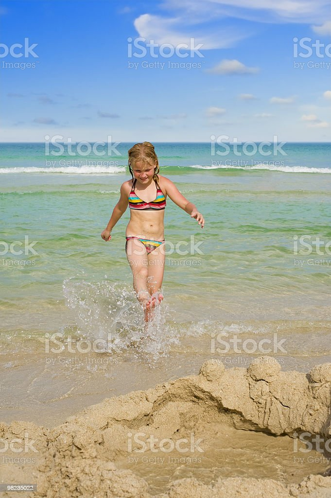 Ragazza carina sulla spiaggia foto stock royalty-free