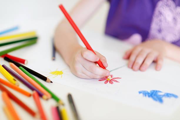 niedlich mädchen, ein bild zu zeichnen mit bunten stifte - zeichnen lernen mit bleistift stock-fotos und bilder