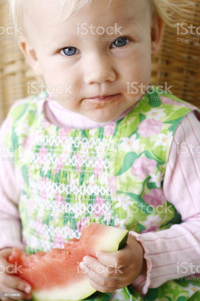 Süßes Mädchen isst Wassermelone Lizenzfreies stock-foto