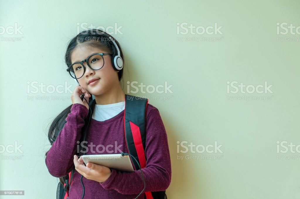 niedliche Mädchen genießt hört Musik im Kopfhörer im Haus, Kinder-Begriff, Bildung – Foto